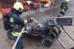 Brand eines Elektrofahrzeugs in einer Maschinenhalle